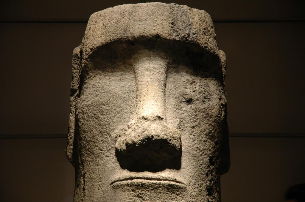 Statue Moai de l'ile de Pâques prise en photo au Louvres